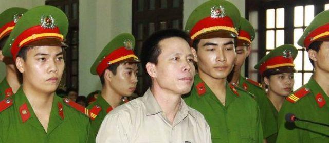 Doan Van Vuon écoutant la sentence du 5 avril 2013 © 2013 AFP