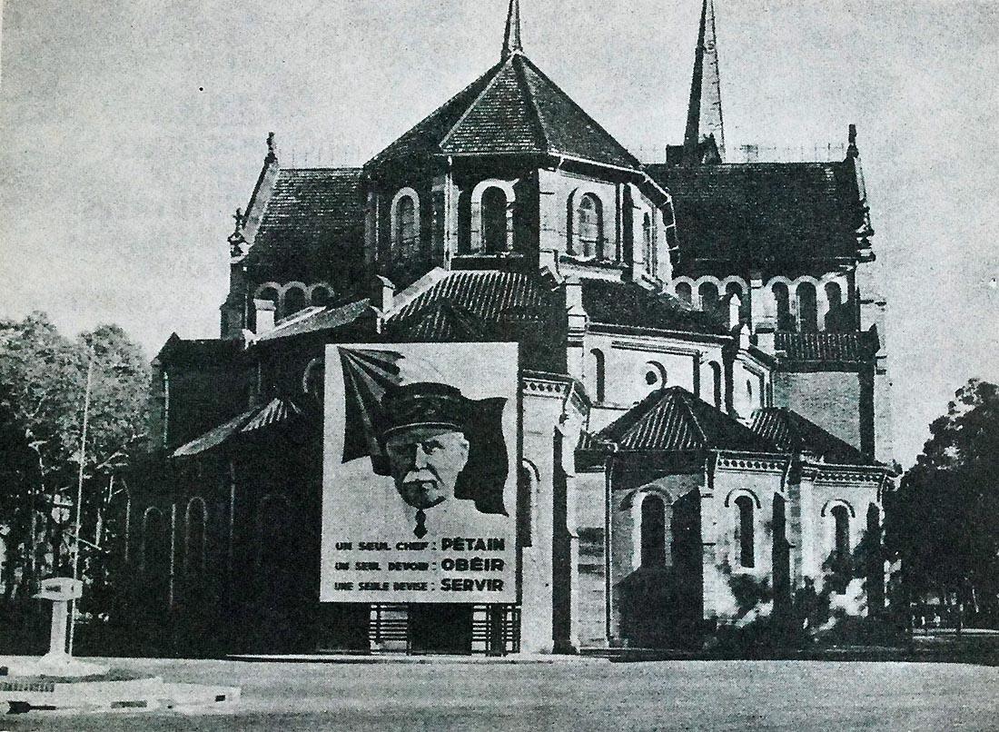 Propagande en faveur du Maréchal Pétain à l'arrière de la cathédrale. Affiche de 6x8 m (source : l'Indochine hebdomadaire illustré, 1942).