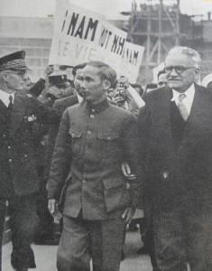 Hô Chi Minh et Marius Moutet à l'aéroport du Bourget, 22 juin 1946.
