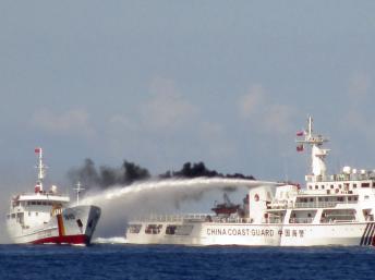 中国海警船向越南巡逻艇放射水炮。图片摄于2014年5月3日。 路透社