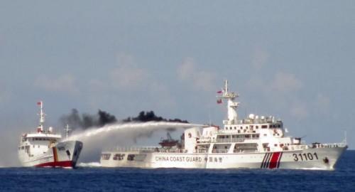 Navire de la Garde côtière chinoise attaquant un navire vietnamienne au canon à eau au large de la plate-forme HD 981 © 2014 Dan Tri