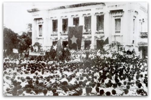 NhanDanHaNoiTaiQuangTruongNhaHatLon_8-1945
