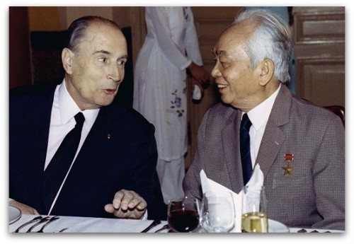 French President Francois Mitterrand (L) speaks with former Vietnamese General Vo Nguyen Giap during a state banquet in this Hanoi February 9, 1993 file photo. General Vo Nguyen Giap, architect of Vietnam's military victories over France and the United States, died on October 4, 2013, of natural causes, family members and a hospital source said. He was 102. REUTERS/Jacky Naegelen/Files (VIETNAM - Tags: POLITICS CRIME LAW)