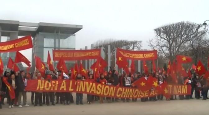 """Manifestation vietnamienne contre contre """"l'expansionnisme chinois"""" en mer de Chine méridionale"""